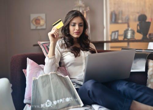 mulher fazendo doação online com cartão de crédito